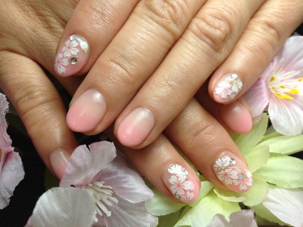 桜シールを使って可愛くデザインした春ネイル