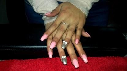 roze-kunstnagels-met-nail-art