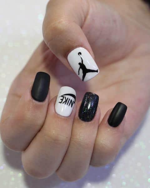 uñas de acrilico decoradas con logo de Air Jordan