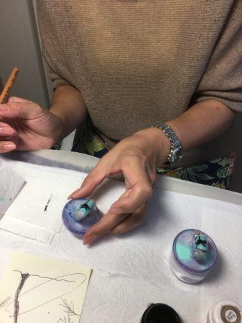 ヤシの木のアートを練習しているネイリスト