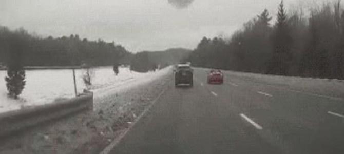 積もった雪を落とさず走行すると、後続車がとんでもない事に