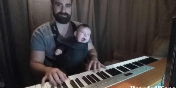 なかなか寝ない赤ちゃんに、パパが素敵なピアノ演奏を聴かせた結果
