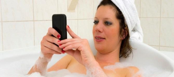 感電死する事も。お風呂でスマホを使う人が絶対にやってはいけない事