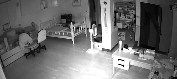 台湾地震発生の瞬間の室内映像。一瞬で家具が倒れてしまう