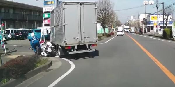 どっちが悪い?白バイとトラックの接触事故が物議を醸す!