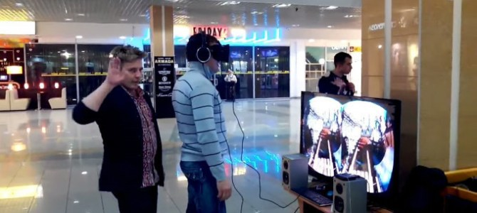 VRヘッドセット使用中の人にいたずらをしかけると…?
