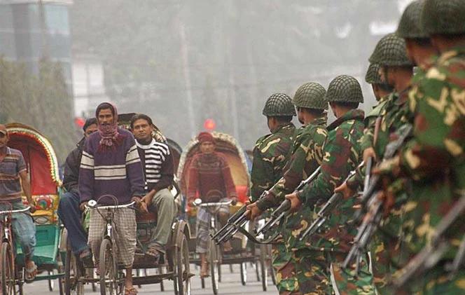 বাড়ছে সংক্রমণের গ্রাফ, কঠোরতম বিধিনিষেধ পালনে বাংলাদেশের রাস্তায় সেনাবাহিনী
