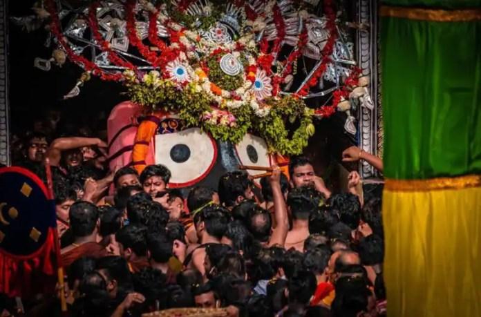 মন্দির থেকে বের করে নির্দিষ্ট রথে তোলা হল জগন্নাথ, বলরাম ও সুভদ্রাকে।