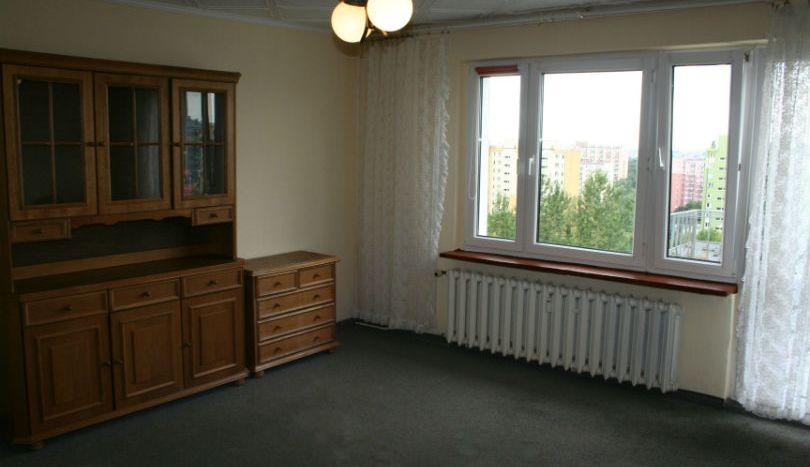 Salon wyposażony w meble i telewizor.