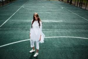 Sportowe sukienki na lato – dresowe, z kieszeniami