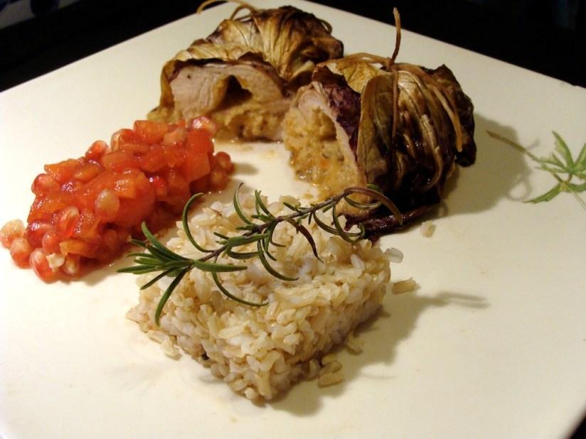 """""""Gołąbek"""" drobiowy z hummusem oliwkowym i salsą pomidorowo-granatową"""