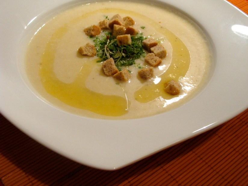 Zupa jarzynowa - krem z białych warzyw korzeniowych z oliwa truflową