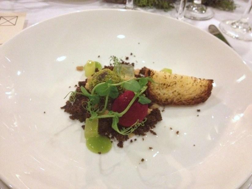 """Przystawka - """"trufle"""" z foie gras, emulsja z poziomki, wędzona brioche, Cucina, Poznań"""