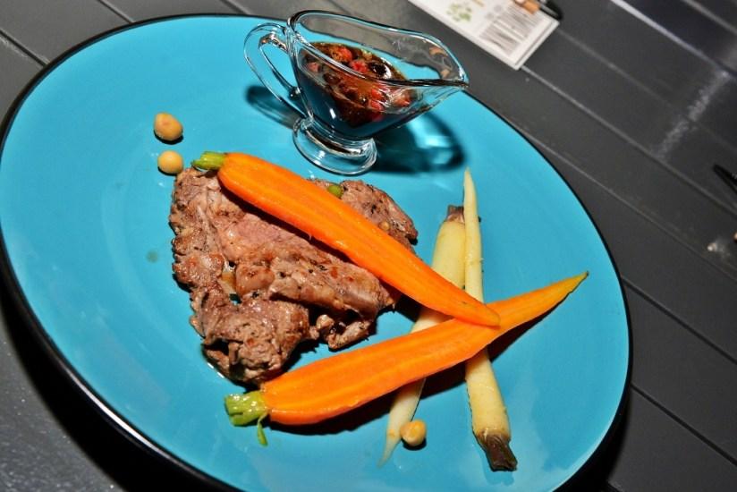 Antrykot wołowy, młode warzywa, sos pieczeniowy z porzeczkami, piwo typu Stout, Pub Grill Chmielnik, Poznań, fot. (c) Kulinarny Poznań