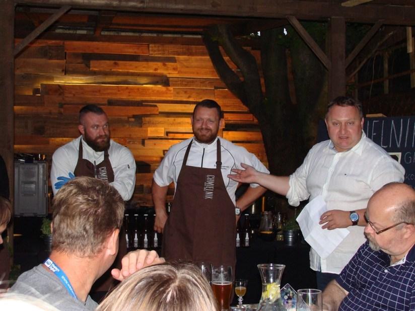 Właściciel prezentuje mistrzów kuchni, z prawej Dawid Łagowski z Pałacu Mierzęcin, Pub Grill Chmielnik, Poznań