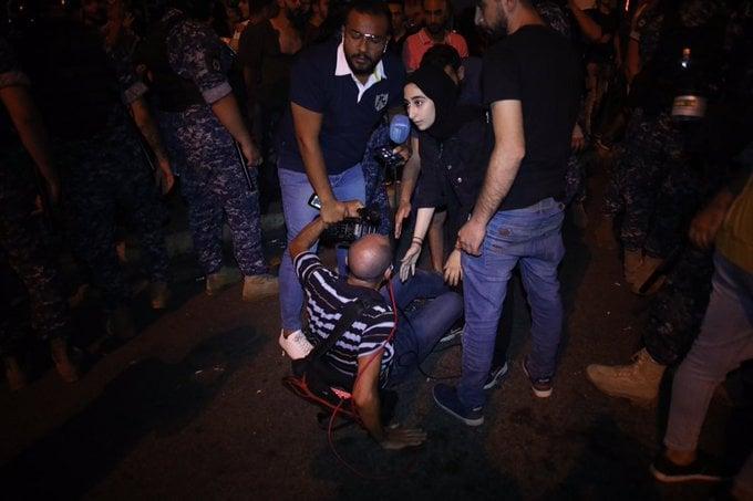 قمع صحافيين خلال تغطية تظاهرة في حزيران الماضي (حسن شعبان)