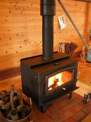 火のついた薪ストーブ全体