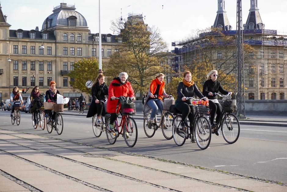 코펜하겐 복판 루이스 여왕 다리(Dronning Louises Bro) 위를 자전거로 달리는 시민들 (사진: 안상욱)