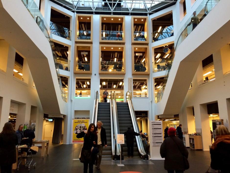 코펜하겐 번화가 바로 옆에 자리 잡은 시립도서관(Copenhagen Main Library)입니다. 누구나 입장해 이용해도 됩니다.