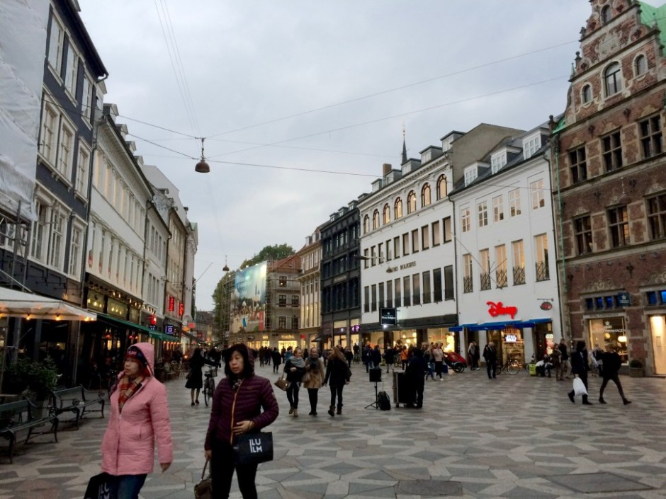 유럽에서 가장 긴 보행자 거리인 코펜하겐 스트뢰게(Strøget). 길이가 2km에 달하는 거리 양쪽에 각종 상점이 즐비해 관광객과 쇼핑에 나선 덴마크인에게 인기가 높다(사진: 안상욱)
