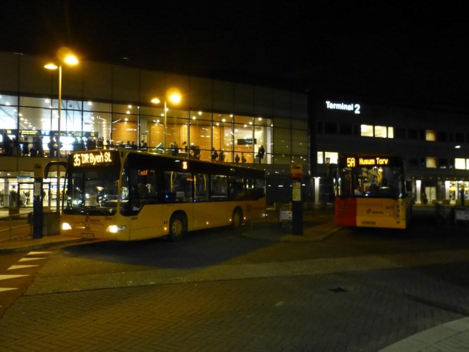 코펜하겐 공항에서 출발하는 35번과 5A번 버스 (출처: 위키미디어커먼즈 CC BY-SA Leif Jørgensen)