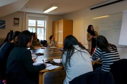 이수민 선생님이 한국계 덴마크 입양인 대상 한국어 교실에서 한국 문화를 가르치는 모습 (사진: 안상욱)