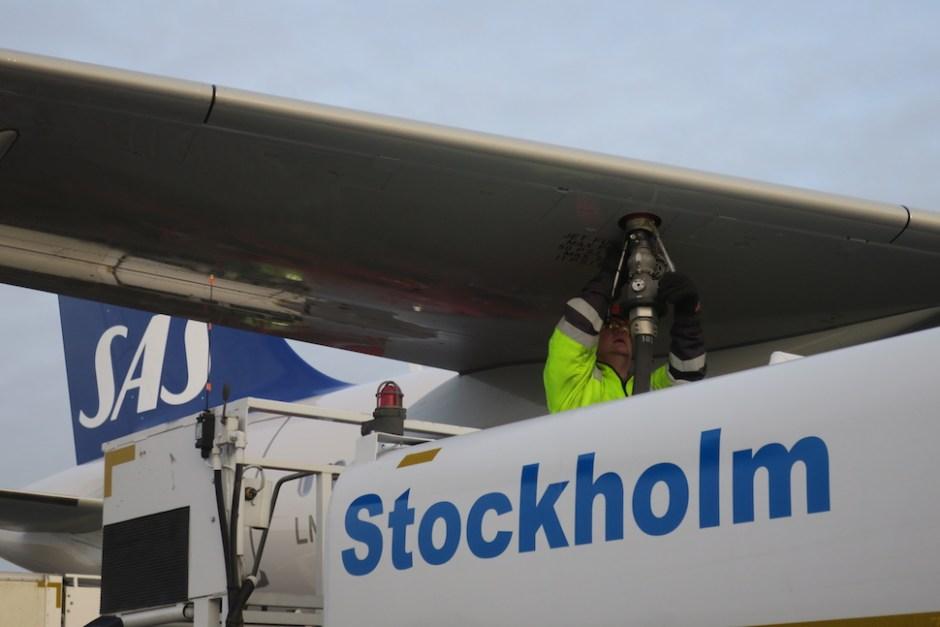스톡홀름 공항에서 연료를 채우는 SAS 항공기 (SAS 제공)