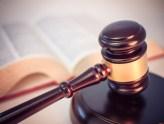 법봉과 법전 (출처: 플리커 CC BY Blogtrepreneur)