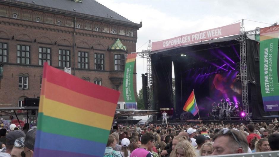 코펜하겐 시청 광장에 설치된 코펜하겐 프라이드 2018 무대. 성소수자 패션쇼와 공연이 열렸다 (사진: 안상욱)