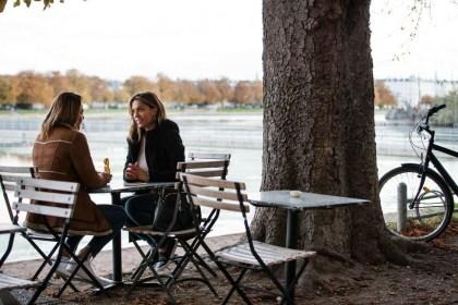 코펜하겐 인공 호수 앞 카페에서 두 여성이 대화를 나눈다 (코펜하겐관광청 제공)