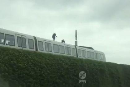 코펜하겐 주민 쇠렌 안데르손(Søren Andersson)이 7월14일 오후 2시 촬영해 제보한 영상 갈무리. 지하철 위에 올라선 두 사람이 보인다(BT 재인용)