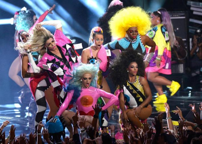 486018936-host-miley-cyrus-perform-onstage-during-the-2015-mtv.jpg.CROP.promo-xlarge2