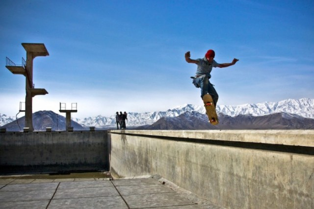 Skateistan-02-wais-ollies-into-the-empty-pool