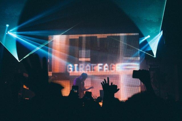 GIRAFFAGE_CROWD