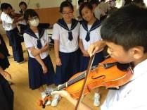 那珂川北中学校、福岡女学院中校音楽教師による弦楽器体験授業