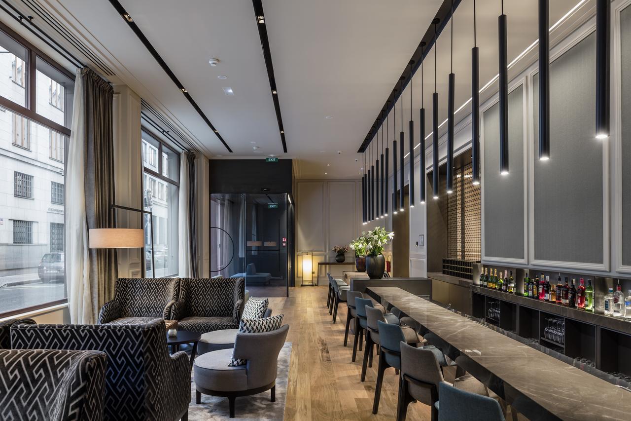 Prosklený hotelový bar a posezení v BoHo Prague