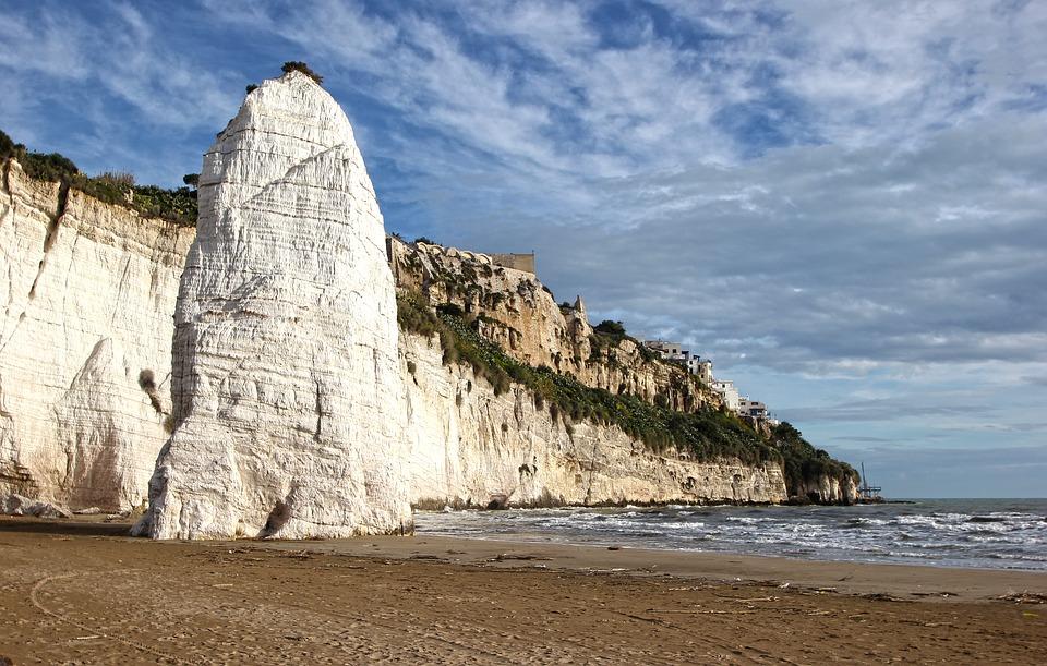 Monolit a pláž Pizzomunno v Itálii