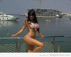 Sexybeba27 modela bikini en el puerto