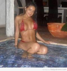 Alejandra Bordamalo al borde de la piscina, divina