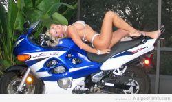 Vicky Vette presumiendonos su motocicleta