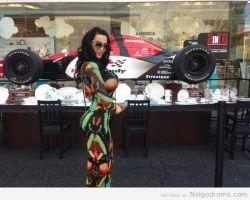 Amy Anderssen en un body de shopping