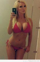 Rubia coqueta en bikini sacando la autofoto mañanera
