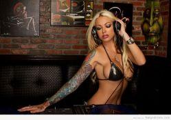 DJ Megan Daniels mezclando…
