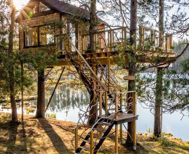 Domek nad jeziorem na Łotwie