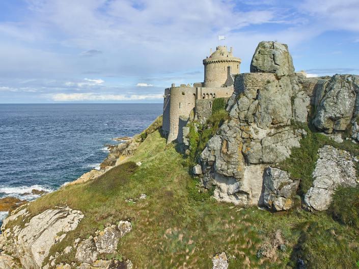Le Fort La Latte - la Roche Goyon, accroché à son rocher et protégeant l'entrée de la baie de la fresnaye
