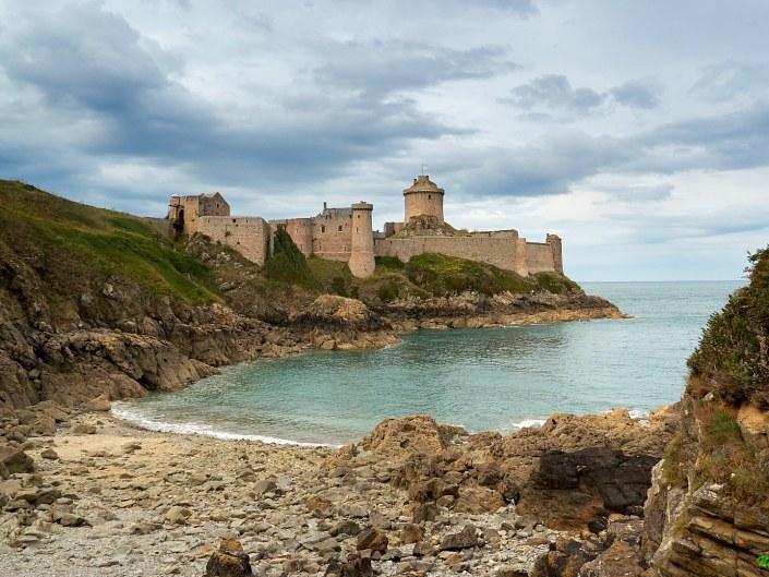 Le Fort la Latte à marée basse - la Roche Goyon