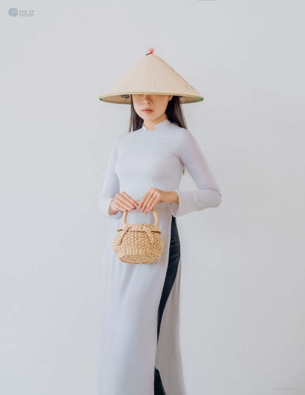 NA-round-basket-with-lid-handcrafted-woven-water-hyacinth-bag