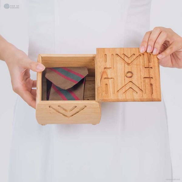 NA-hand-carved-square-shape-wooden-box-with-line-pattern