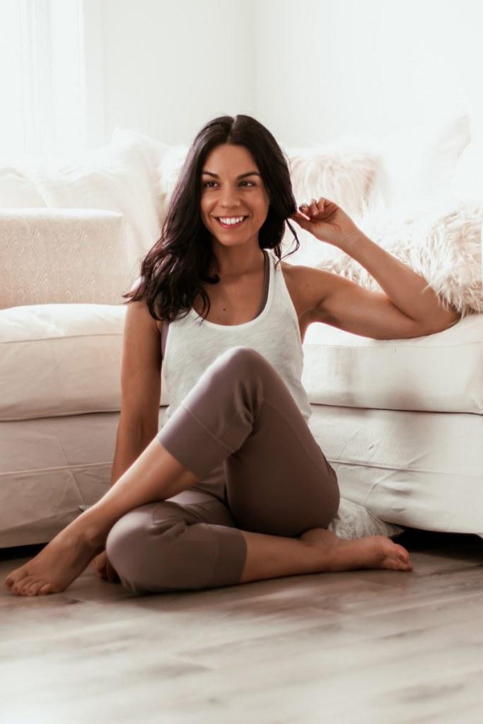 Yoga sur le canapé: 15 étirements à faire devant la télé!   Namasté & Coco Latté