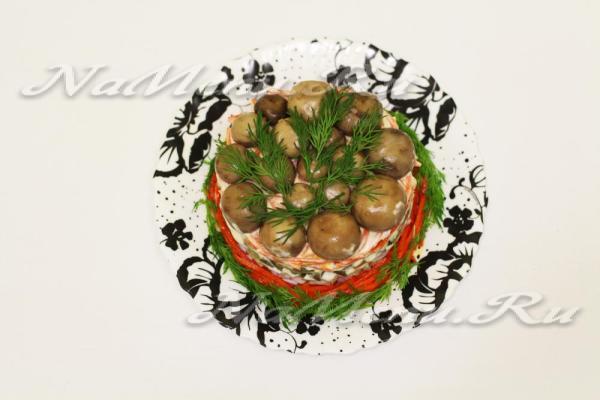 """Салат """"Грибная поляна"""" с корейской морковью: рецепт с фото"""